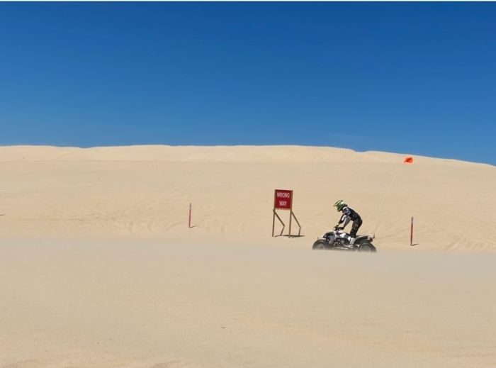 off-road-vehicles-on -sand-dunes